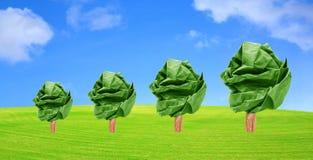 élevage de papier d'arbres sur l'herbe Photo libre de droits
