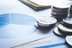 Élevage empilé par argent de pièce de monnaie sur le graphique de document financier Image libre de droits