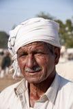 Éleveur de bétail avec l'écharpe autour de sa tête Image libre de droits