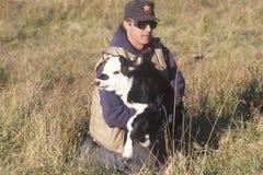 Éleveur de bétail tenant le veau dans Bourbon, MOIS Photos stock