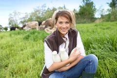 Éleveur de sourire avec des bouteilles de lait frais Photos stock