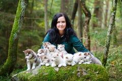 Éleveur des chiens avec leurs animaux familiers Photographie stock libre de droits