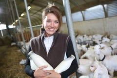 Éleveur fier tenant des bouteilles de lait frais de chèvre Image stock
