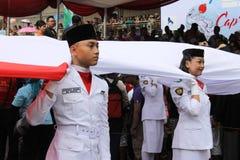 Éleveurs indonésiens de drapeau dans une cérémonie Image libre de droits