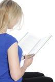 Vue arrière d'une femme lisant un livre Photographie stock libre de droits