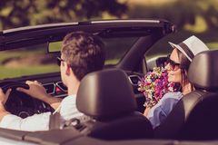 Élevez la vue arrière du mari gai insouciant de conducteur, WI d'épouse de dame Photographie stock libre de droits