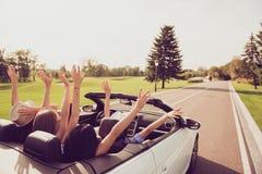 Élevez la vue arrière tirée des dames et du conducteur insouciants de type, gir de chics Images stock