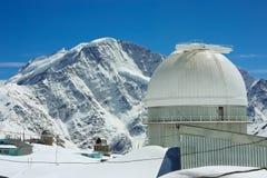 Élevez-vous à l'observatoire de montagne sur la neige Photos stock