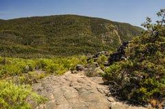 Élevez-vous jusqu'au dessus d'un sommet de roche Photos stock
