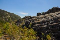 Élevez-vous jusqu'au dessus d'un sommet de roche Images stock