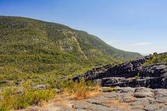 Élevez-vous jusqu'au dessus d'un sommet de roche Photo stock