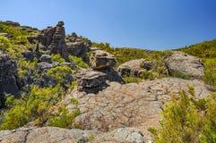 Élevez-vous jusqu'au dessus d'un sommet de roche Image stock
