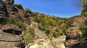 Élevez-vous jusqu'au dessus d'un sommet de roche Photographie stock libre de droits