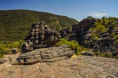 Élevez-vous jusqu'au dessus d'un sommet de roche Photos libres de droits