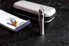 Élimination de cigarette électronique de tabagisme sur le fond foncé Photos libres de droits