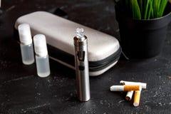 Élimination de cigarette électronique de tabagisme sur le fond foncé Image libre de droits