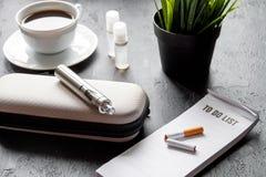 Élimination de cigarette électronique de tabagisme sur le fond foncé Photographie stock