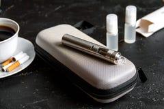 Élimination de cigarette électronique de tabagisme sur le fond foncé Photos stock
