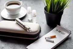 Élimination de cigarette électronique de tabagisme sur le fond foncé Image stock