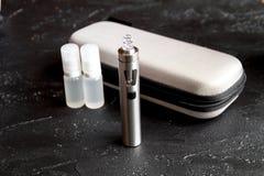 Élimination de cigarette électronique de tabagisme sur le fond foncé Images libres de droits