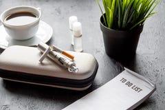 Élimination de cigarette électronique de tabagisme sur le fond foncé Photographie stock libre de droits
