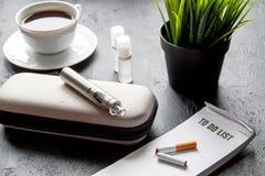 Élimination de cigarette électronique de tabagisme sur le fond foncé Photo libre de droits