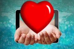 Élimination de coeur à disposition de la tablette Photo stock
