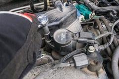 Élimination de la bobine d'allumage et des bougies d'une vieille voiture sale Image stock