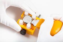 Élimination de la couverture arrière de la montre par l'ouvreur jaune Photo libre de droits