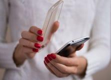 Élimination de la couverture du smartphone Image stock
