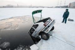 Élimination de la voiture hors du glace-trou Photo libre de droits