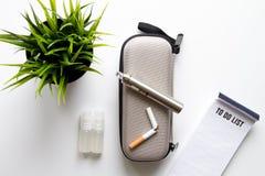 Élimination de vue supérieure de fond blanc électronique de cigarette de tabagisme Image libre de droits