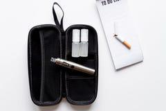 Élimination de vue supérieure de fond blanc électronique de cigarette de tabagisme Photos libres de droits