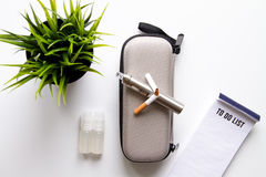 Élimination de vue supérieure de fond blanc électronique de cigarette de tabagisme Photographie stock