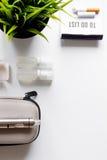 Élimination de vue supérieure de fond blanc électronique de cigarette de tabagisme Photographie stock libre de droits