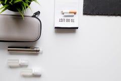 Élimination de vue supérieure de fond blanc électronique de cigarette de tabagisme Images stock