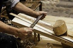 Élimination des déchets de bois d'une manière traditionnelle Photographie stock libre de droits