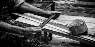 Élimination des déchets de bois d'une manière traditionnelle Photo libre de droits