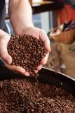 Élimination des grains de café rôtis Photos libres de droits