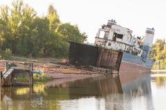 Élimination du bateau de transport sur la berge Images stock