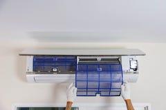 Élimination du filtre à air du climatiseur Photographie stock