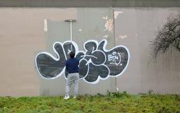 Élimination du graffiti du mur extérieur Photographie stock libre de droits