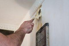 Élimination du vieux papier peint du mur à l'aide d'un dispositif a de vapeur Photo stock