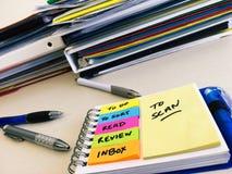 Éliminez les piles du papier sur le bureau Photos libres de droits
