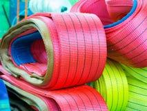 Élingues de levage molles en nylon colorées empilées dans les piles Photo libre de droits