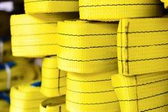 Élingues de levage molles en nylon jaunes empilées dans les piles Photographie stock libre de droits