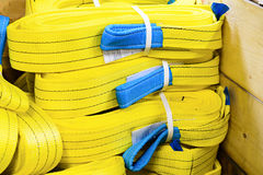 Élingues de levage molles en nylon jaunes empilées dans les piles Images libres de droits