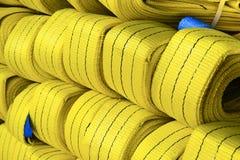 Élingues de levage molles en nylon jaunes empilées dans les piles Photo libre de droits