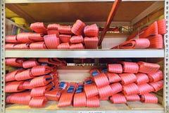 Élingues de levage molles en nylon rouges empilées dans les piles Images libres de droits