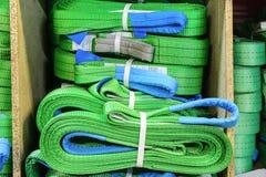 Élingues de levage molles en nylon vertes empilées dans les piles Photographie stock libre de droits
